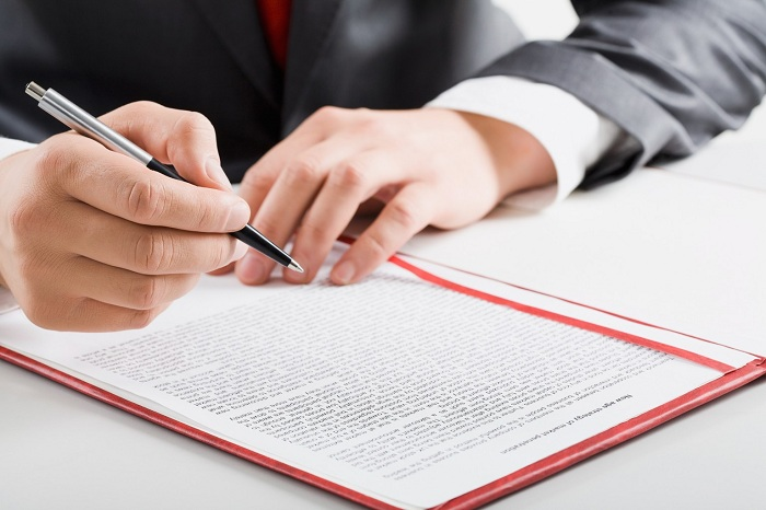 Может ли директор находясь в отпуске подписывать документы