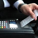 Таксист выдает чек