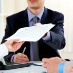 Сотрудник подает заявление в антикоррупционную компанию