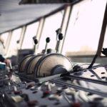 Капитан, управляющий судном, получают доплату