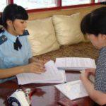Работник ФССП с документами